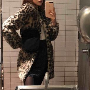 min suupermysiga leopardpäls kommer inte till användning längre:( väl använd men i fint skick (lite blöt på två första bilderna så den ser lite risig ut, ser ej ut så torr) köpt på tradera i nyskick för 700kr vintern 2017/2018. frakt är inkl i priset!💞