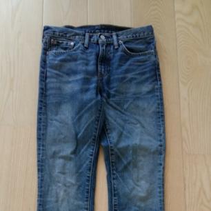 Blåa Levis jeans 511 i stl 31/32 i mycket gott skick, ej slitna, inga hål, lite använda. Säljer pga att jag har gått upp i vikt tyvärr. Är en kille 177 cm och 67 kg och de känns lite för tighta nu. I kraftigare denim, rak passform.