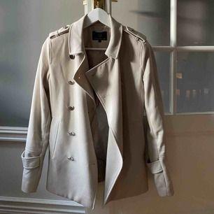 Beige kappa från Stockholm LM. Nypris ca 1200. Säljer eftersom att jag aldrig använder den.
