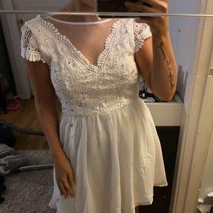 Vit jätte söt klänning från Nelly.com, helt oanvänd då jag hittade en annan klänning jag hade på min stundent för två år sedan! Så helt oanvänd! Perfekt till student eller skolavslutning! Frakt tillkommer 59kr