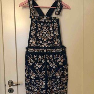 En helt ny Needle & Thread jeans kjol med broderade blommor på. Nypris ligger på ca 4000kr, går att googla om du är osäker. Inga lösa trådar eller knappar som saknas. (Inte inklusive frakt, det står köparen för!)