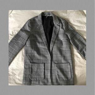 Superfin svartvit blazer från H&M i gott skick! Frakt tillkommer och betalningen sker via Swish