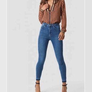 Hej hörni! Jag säljer mina superfina slim-jeans från hm, passar typ allt. Jag köpte dessa för 300sek för inte allt länge sen och inte alls mycket använda då jag inte passar så bra i slim-jeans.