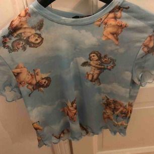 Säljer denna topp med änglar på, superbra skick och nästan aldrig använd. Det står stlk L på tröjan men jag har i vanliga fall stlk xs/s och passar mig bra. Kan skicka bild på hur den sitter på mig om du är intresserad 💕