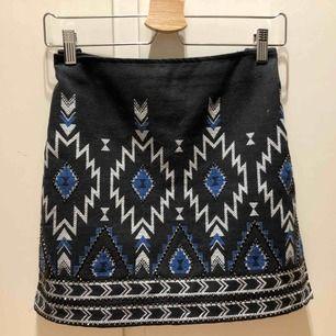 Fin kjol från H&M som inte längre används pga att den blivit för stor. Vävd med mönster och små stenar. Frakt ingår inte i priset
