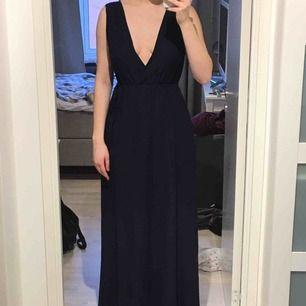 (Den är mörkblå!!) Jag är 171cm och har cirka 10cm höga klackar vilket gör att klänningen hänger precis ovanför marken. Köpte den 2017 och använde den endast en gång på en bal när jag slutade 9an, så den är i väldigt bra skick. Frakt ingår i priset!
