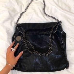 Stella McCartney likande väska 😍 stor och rymmer massa med flera fack inuti!