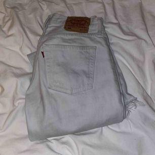 Säljer mina fina vintage levis 501or som är ljusblå/vita i storlek W28 L32 som jag tyvär inte får någon användning av, Jeansen är köpta croppad och frayade.❣️