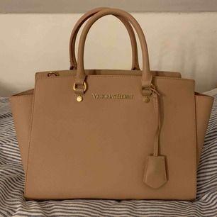 Victoria secret väska med avtagbart axelremsband!  Leopard tyg inuti  Beige/ smutsrosa färg