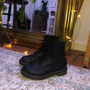 Svarta Dr. Martens i äkta läder. Säljer då de är för små för mig tyvärr. En liten slitning på ena skon som ni kan se på sista bilden, men annars i bra skick!💓