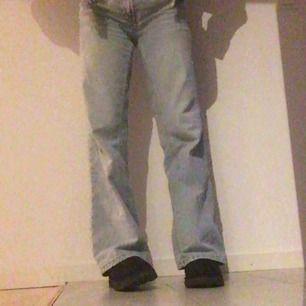 !!!INTRESSEKOLL!!! På mina fina jeans från Mango. Finns ej att köpa längre. Kontakta mig för frågor  BUDET ÄR PÅ 650KR NU