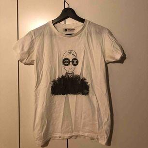 """Säljer min fina """"Chanel"""" t-shirt från dr Fake. Köpte på two angels i Göteborg för något år sedan. Säljer pga att jag inte får någon användning av den:)"""