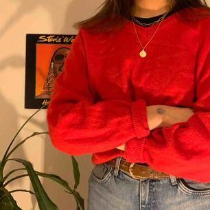 Röd V-ringad tröja! Superskönt med en stark röd färg. Säljer för 80kr och köparen står för alternativ frakt😊
