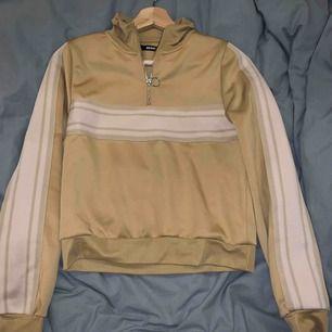 Cool gul tröja från bikbok som tyvärr inte kommit till användning dvs helt oanvänd. Tröjan är lite 80/90 tals inspirerad. Nypris 299kr om jag minns rätt (se andra bilden för att se hur den ser ut på)