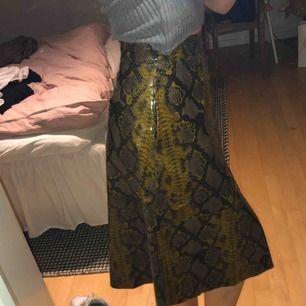 supercool och unik kjol från NAKD i ormskinnsimitation. går till mitten på vaden på mig och jag är 172cm. frakt är inkluderat i priset!!🤍🤍