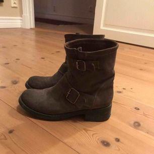 Gråbruna boots i äkta läder från md'e. Köpta i Amsterdam för ca 1700kr, fint skick!