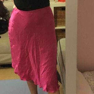 Rosa kjol i blankt material som man stänger med dragkedja, längre där bak eller på sidan, beror på hur man vill ha den! Aldrig använd Möts i stockholm