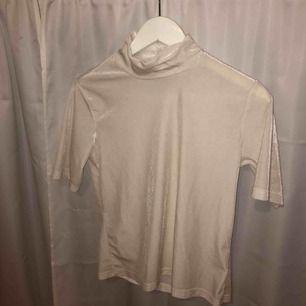 Oanvänd tröja från bikbok, strl S och köpare står för ev frakt!