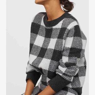 Populär stickad tröja från hm. Använd fåtal gånger, i super bra skick. Är ej stickig i materialet  Original pris 250kr.  Säljes för 140kr plus frakt