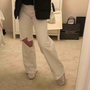 Vita vida och raka jeans med hål på ena knät i storlek 36, supersnygga men måste tyvärr sälja för att få lite mer plats💞