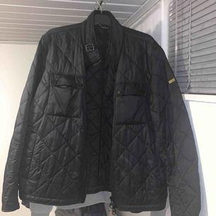 Höst/vår jacka jacka från barbour med quiltad mönster. Slimmad storlek i Xl. Jackan är endast 3 månader gammal, i gott skick.