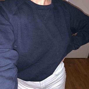 Mörkblå tjocktröja, vet inte vad för märke!