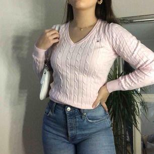 gant v-ringad stickad tröja i mycket bra skick!! i storlek XS med stretchigt material och passar i XS-S. nypris 1199kr, köparen står för frakt (+40kr)💕💕