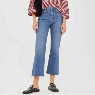 Snygga och oanvända jeans från Topshop, sitter så snyggt över baken och jätte fin färg! Se gärna mina andra annonser ⛄️