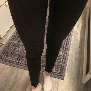 Tighta jeans, vet ej märke eller storlek då lappen är borta men dom passar bra på mig som har 36/38. Mörkgråa och avklippta, regular waist