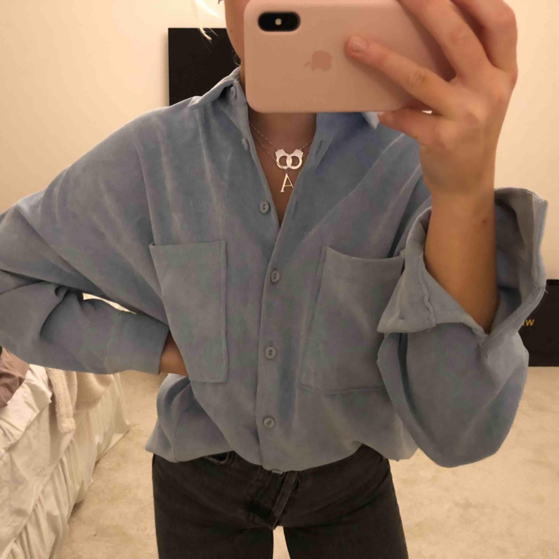 Ljusblå over shirt som även passar som skjorta. Superfint skick, i princip oanvänd.. Jackor.