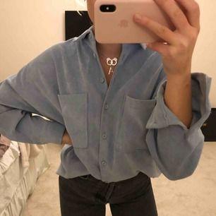 Ljusblå over shirt som även passar som skjorta. Superfint skick, i princip oanvänd.