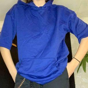 FRAKTFRITT Skulle kalla denna tröja för onesize. Tycker att den passar på alla kroppstyper beroende på hur man vill att den ska sitta.