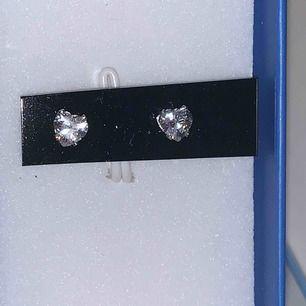 Superfina hjärtformade örhängen. Väldigt små och stilrena perfekt för att lyxa till det lite. Fick dessa i ett kit men har tyvärr inte hål!! Fraktar endast men på dessa är det fri frakt :)