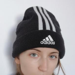 Adidas mössa med de klassiska ränderna och broderad logo köpt på Humana. Frakt 42 kr.