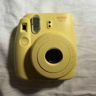 En gullig gul instax mini 8. Köpt för 800kr. Lite smutsig men i gott skick