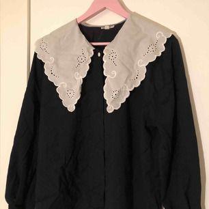 En svart vintage skjorta i mjukt material med en vit krage, gjord i Bulgarien. Inga lösa trådar eller lösa knappar. (Inte inklusive frakt, det står köparen för!)
