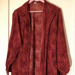 En röd skjorta i mjukt luftigt material, perfekt till sommaren och en lite oversize fit. Inga lösa trådar eller knappar som saknas. (Inte inklusive frakt, det står köparen för!)