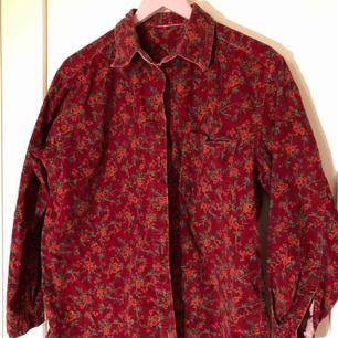 En rödblommig jeans jacka, perfekt för sommaren eller tidigt på hösten. Ger mig en lite 70tals vibe. Inga lösa trådar eller knappar som saknas som jag kan se.  (Inte inklusive frakt, det står köparen för!)