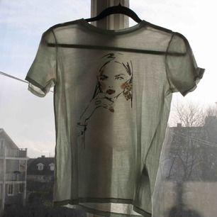 En jättesnygg tröja från Ginatricot som tyvärr inte kommer till användning längre. Storlek XS