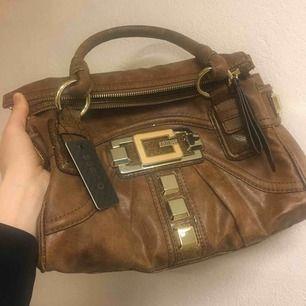 Guess väska 🦇. Aldrig använd ❣️Original pris: 1799kr