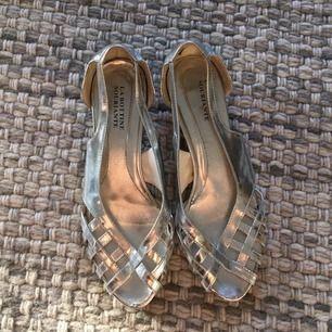Söt sandalett i silver med diskret liten klack. Älskar dem till jeans och långkjol men är något för trånga.   Frakt tillkommer om dem ska postas.