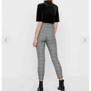 Säljer dessa rutiga byxor från Vero Moda som inte är använda så mycket och är i fint skick! 150 + 40kr frakt💕