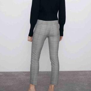 Säljer dessa rutiga byxor från Zara! Använda få gånger och är i fint skick, 100 + 30kr frakt 💕