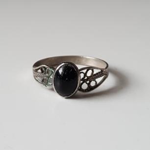 Vintage ring med svart sten i silver (stämplad 900).  Stenen är lite sned samt har några mindre repor. Fraktkostnad blir 11kr.