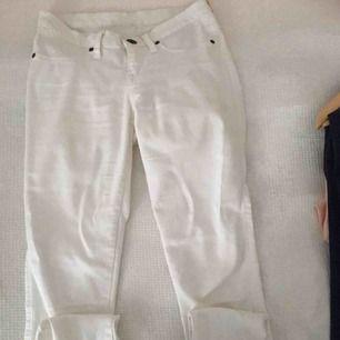 Dr.demim jeans som är vita och är lågmidjade. De är en liten tråd på bakfickan men annars är de bra!