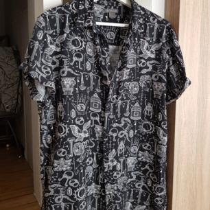 Skjorta från Herr avdelningen på HM. Riktigt cool och oversized även fast den är i storlek S. I väldigt bra skick :)