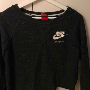 Mörkgrå croppad tröja från Nike, jättefint skick. Supernice tröja att träna i men också att styla upp som en nice vardagströja! Frakt tillkommer🥰