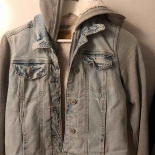Jeansjacka med inbyggd hoodie, teddymaterial inuti. SÅ mysig och fin och ser cool ut. Frakt tillkommer☺️