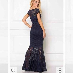 Säljer min balklänning från Bubbleroom som då bara är använd 1 gång. Nyskick och köpt för 899kr. På bilden är klänning mörkblå men den jag säljer är i exakt samma modell fast svart. Skriv om du är intresserad!
