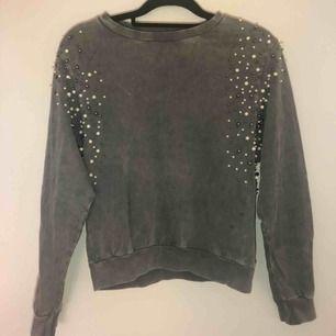Stenfärgad tröja från Lindex med pärldetaljer. Väldigt fint skick! Frakt tillkommer :)
